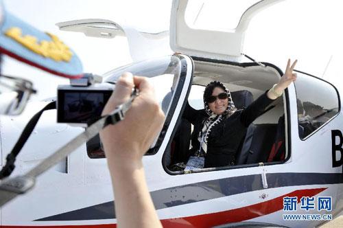 """观众在航展现场体验乘坐""""小鹰500""""飞机"""