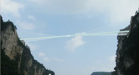 """该景区内两座山峰间开工兴建,""""玻璃桥""""将选材世界新型的航天复合材料"""