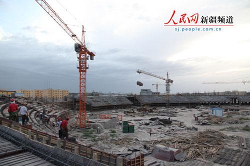 笔者在新疆岳普湖县东城区看到,宽阔的新城大道,林立楼房,塔吊起伏