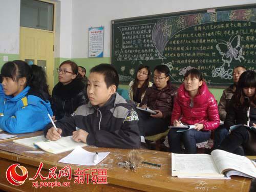 湖北黄冈援疆教师参与学校青年数学教师教学比