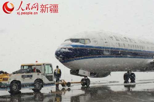 乌鲁木齐四月突降大雪 机场进出港航班起降受影响(组图)