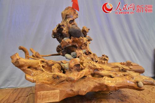 新疆农民带根雕作品《中国梦》上亚欧博览会闯市场