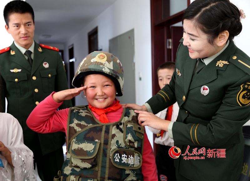 武警新疆塔城边防支队警营开放日喜迎双节