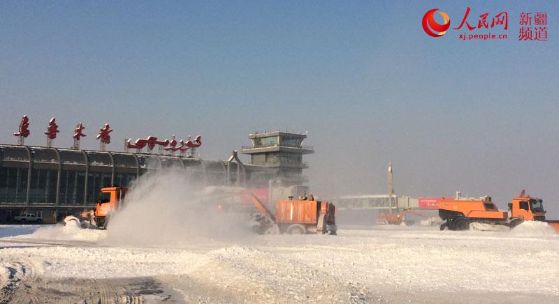 乌鲁木齐机场大清雪 进出港航班正常起降(图)【2】
