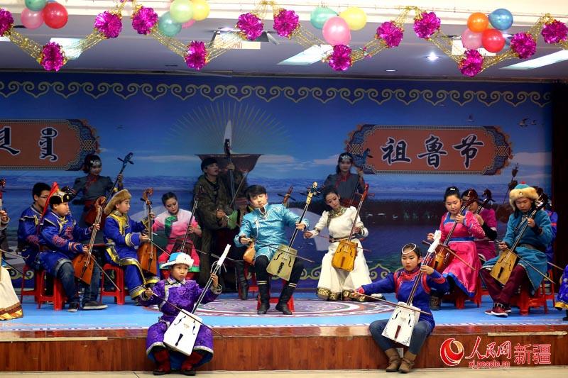 """新疆蒙古族群众点酥油灯欢度""""祖鲁节""""(组图)图片"""