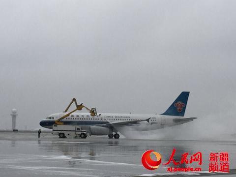 南航新疆分公司对飞机进行除冰作业