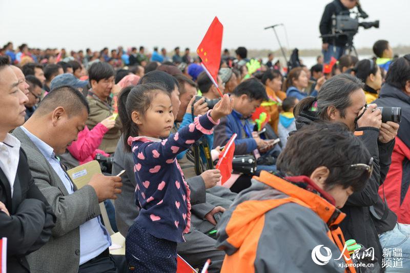 沙雅县第八届胡杨节开幕 太阳岛景区当日迎万名游客(图)