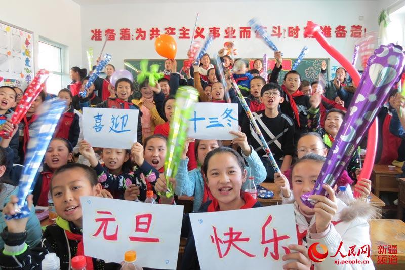 新疆吉木萨尔县:小学生喜迎十三冬作文下载小学生图片