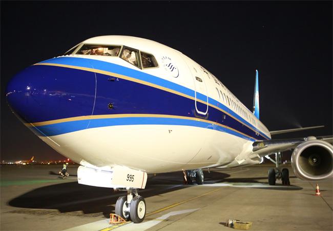新飞机外形。贺雯璟 摄 9月16日22:54,编号为B7995的全新波音737-800型飞机平稳降落在乌鲁木齐国际机场,加入南航新疆分公司机队,为亚博会国内外宾客出行提供新选择。 据了解,这是南航新疆分公司今年接收的第7架全新客机。新飞机从美国西雅图出发,途经夏威夷、马祖罗、塞班,从天津入关,最终抵达乌鲁木齐。飞机客舱布局与南航新疆现有波音737-800型飞机相同,共有164个座位,采用全新天空内饰和流线型行李架设计。据悉,该机型适合执飞南航在疆运行的85%左右的航线,具有灵活性强、替代性强的特点,满足
