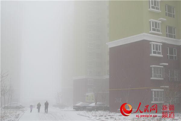 新疆塔城地区沙湾县被大雾笼罩