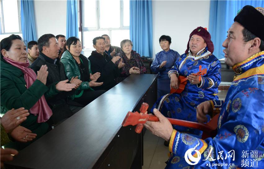 组织非遗传承人、民间艺人用群众喜闻乐见的江格尔弹唱将惠农政策