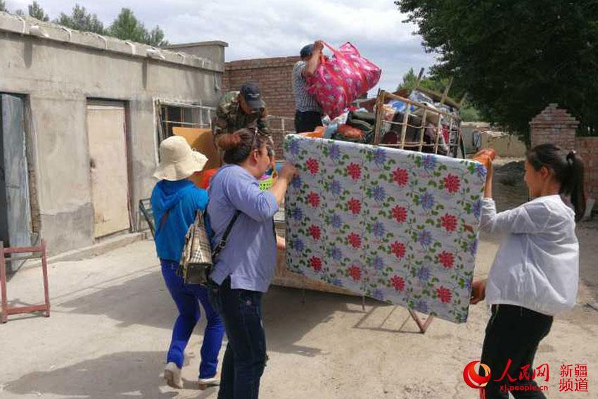 """新疆和布克赛尔县:驻村工作队帮""""亲戚""""搬家"""
