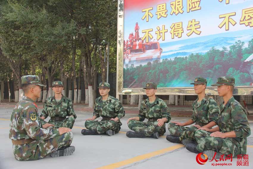 首批新兵入营。郑杰 摄 9月11日,新疆森林总队新兵大队处处洋溢着节日气氛,在热烈的锣鼓声、掌声、欢迎声中,首批来自甘肃籍的新战士,怀着对军旅生活的憧憬和向往,带着家乡亲人的嘱托和希望,安全顺利踏入军营,翻开了军旅生涯崭新的篇章。 新兵大队为新兵们举行了隆重而简朴的欢迎仪式。仪式结束后,各新训干部骨干带领新战士回到宿舍,嘘寒问暖,热情周到,为新兵端上一杯热水、帮助整理一次内务、吃好第一顿暖心饭、向家人打上一个平安电话、洗上第一次热水澡、班长谈好一次心等爱兵暖心活动,让新战士感受到警营大家庭的温暖。 谈心