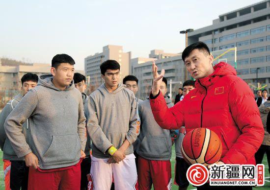 中国男篮蓝队主教练杜锋做客乌鲁木齐一中