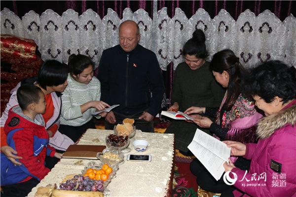 """天山南北是一家        """"民族团结一家亲""""拉近了新疆各族干部群众的心理距离,绘就了天山南北一家亲的动人画卷。"""