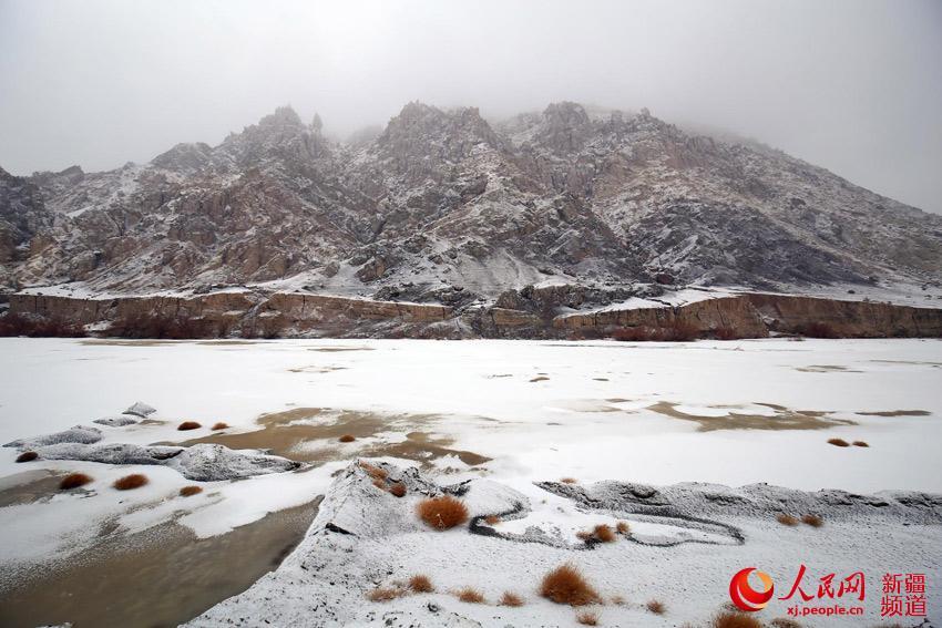 托克逊县怪石林雪景迷人     新疆托克逊县盘吉尔怪石林迎来首场降雪,游客来此观光感受怪石林雪景的独特魅力。