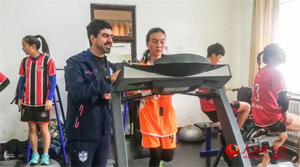 北京援疆前指搭建爱心桥 助力沙漠女孩实现足球梦