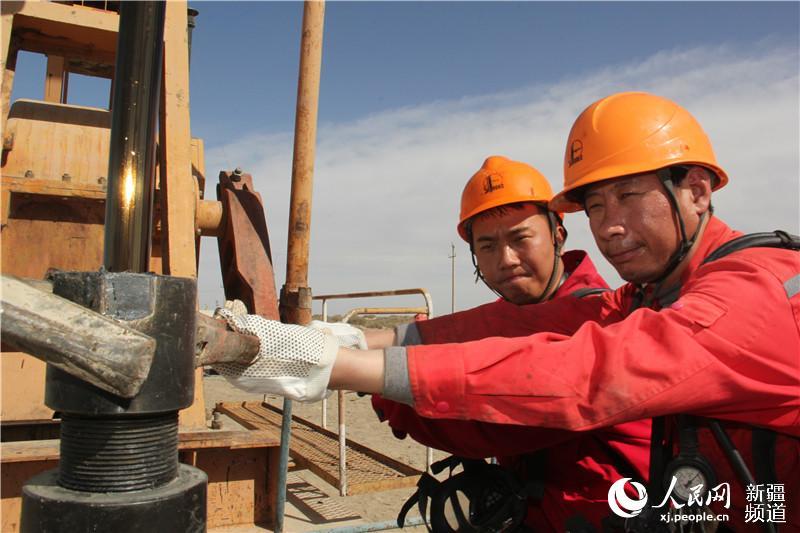 西北油田一线工人在新疆戈壁谱写劳动歌