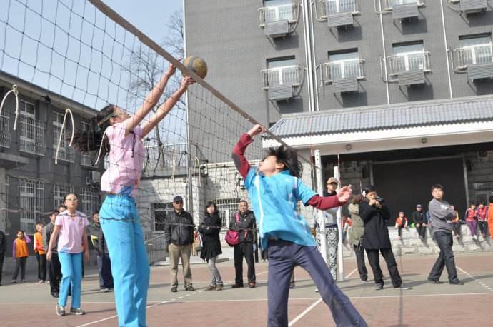 新疆:奥运冠军走进排球课堂