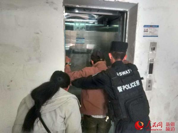 新疆轮台:民警迅速施救助俩孩子脱离被困电梯
