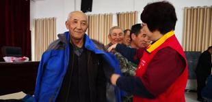 党员服务队扶贫送温暖   10月11日,新疆伊犁供电公司党员服务队为农牧民送去2000多元的衣物和学习用品。