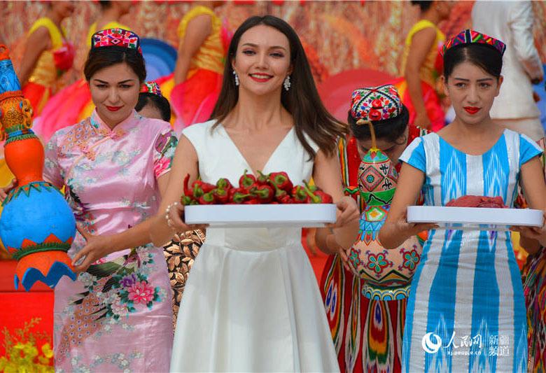 新疆库车姑娘带您感受丰收季(组图)