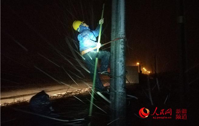 乌鲁木齐:雪夜巡检保供电(组图)