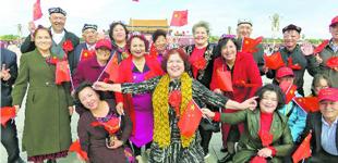 民族团结模范心向北京感党恩   新疆呼图壁县118名民族团结模范在北京天安门合影,感受改革开放以来祖国的繁荣和发展。