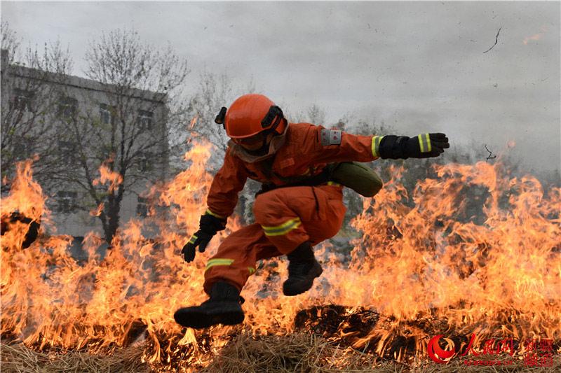 新疆伊犁:加大森林消防员灭火安全实战化训练(图)图片