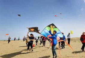 在新疆博湖沙漠邂逅一场最美风筝节