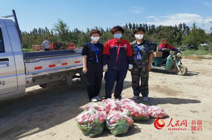 烏魯木齊市米東區:愛心人士向困難戶提供蔬菜