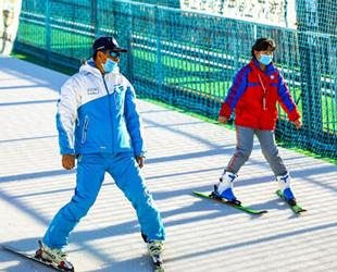 """阿勒泰吉祥体线路中心:体育课从操场""""搬""""到了滑雪场"""