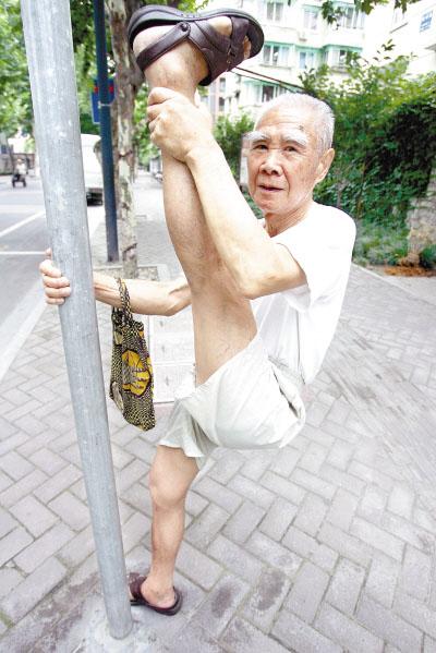腿有劲寿命自然长 专家建议晒太阳 多揉腿 勤泡脚