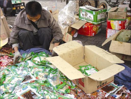 乌鲁木齐:便宜食品来自垃圾箱