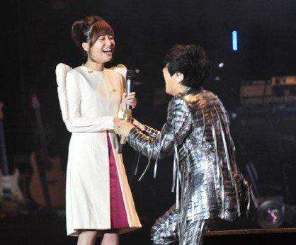 林俊杰演唱会现场向金莎跪地求婚图片