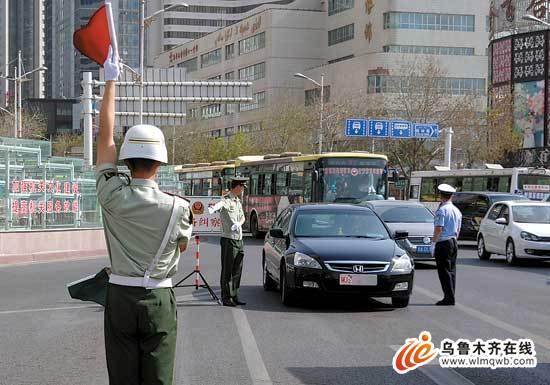 乌鲁木齐突击查军警车辆 未发现违法行为图片